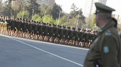 un batallón de mujeres del ejército chileno en filas de 26 en línea desfiló