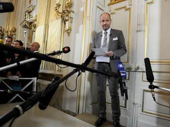 a la una en punto de la tarde se abrió la puerta dorada de la Academia Suecia y..