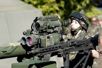 vean ustedes una joven española de la tropa de artillería con un lanzamisiles