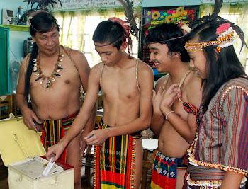 un grupo de jóvenes filipinos votan por primera vez en elecciones regionales
