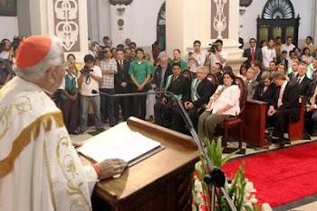 en ocasión de la visita de la Virgen de Cotoca a la Catedral el Cardenal primado de la Iglesia