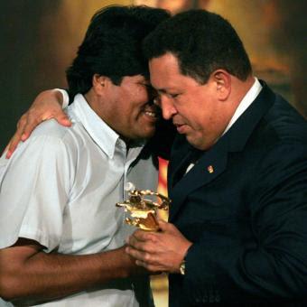 con qué familiaridad abraza Chávez a su discípulo Evo al entregarle una espada