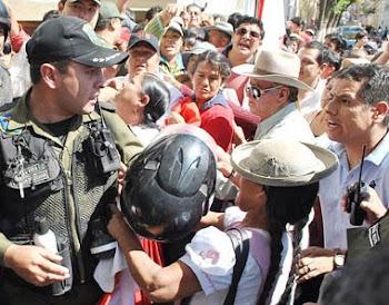 Cossío levantó las manos. los hambrientos masistas asaltaron el poder. se disputan lo cargos. pisan