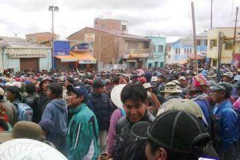 cerca de 15 mil sitiaron Llallagua y asaltaron 35 almacenes de la calle Linares