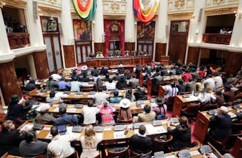 la asamblea popular lucía así Bolivia y Sucre juntos, Katari y la Bartolina juntos.tricolor y otra