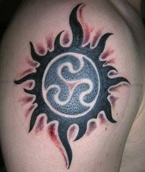 tatouages tribals tatouage de soleil tribal. Black Bedroom Furniture Sets. Home Design Ideas