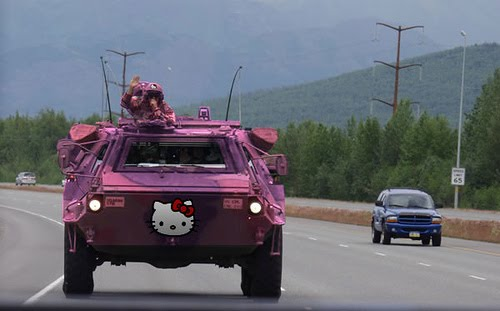 Paliza en la batalla de hoy Tanque+hello-kitty-amoured-personnel-carrier