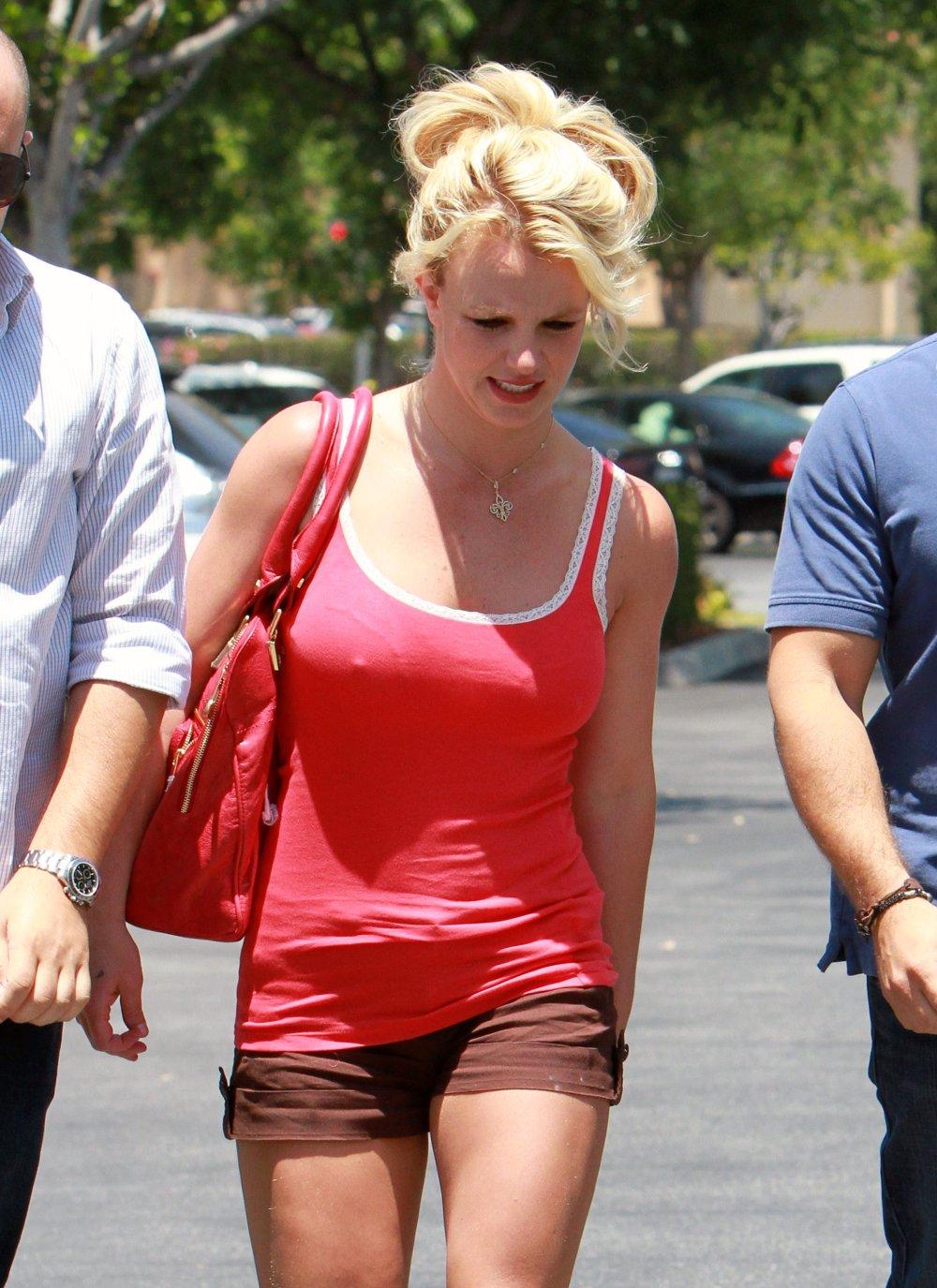 http://4.bp.blogspot.com/_-knQcvB6hEw/TCImO_AEyyI/AAAAAAAAH3c/Fp1pTXBILvk/s1600/Britney+Spears+-+Pokies+%26+Leggy+at+Marmalade+Cafe5.jpg
