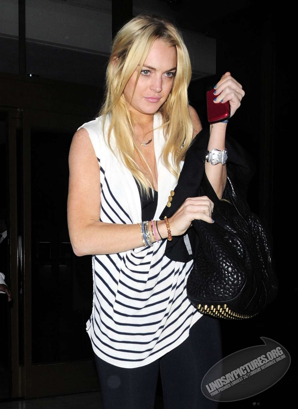 http://4.bp.blogspot.com/_-knQcvB6hEw/TH5gUWkOU3I/AAAAAAAAIhU/RJZ856sBpRo/s1600/Lindsay+Lohan+out+in+Hollywood+night+candids4.jpg