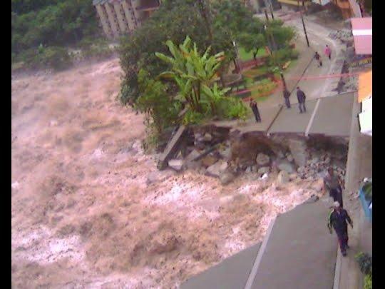 El rio continua avanzando en la destrucción de vías