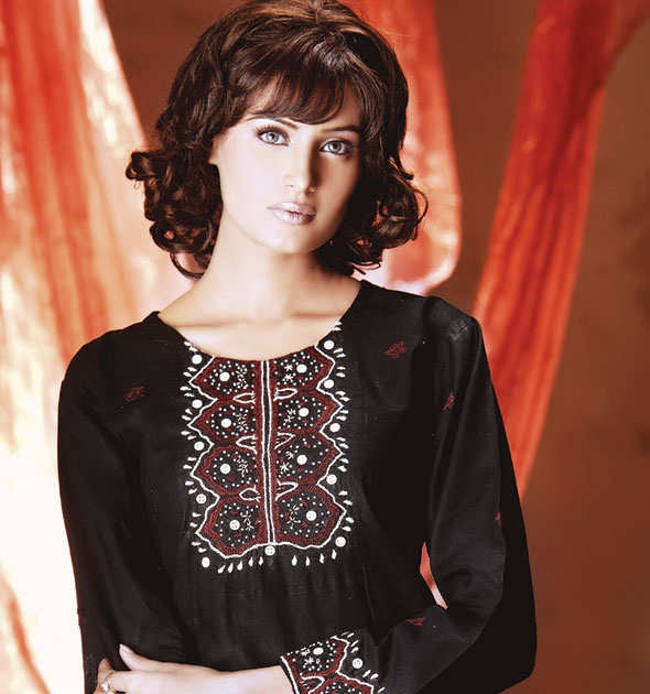 Kurti Designs With Hairstyle And Makeup