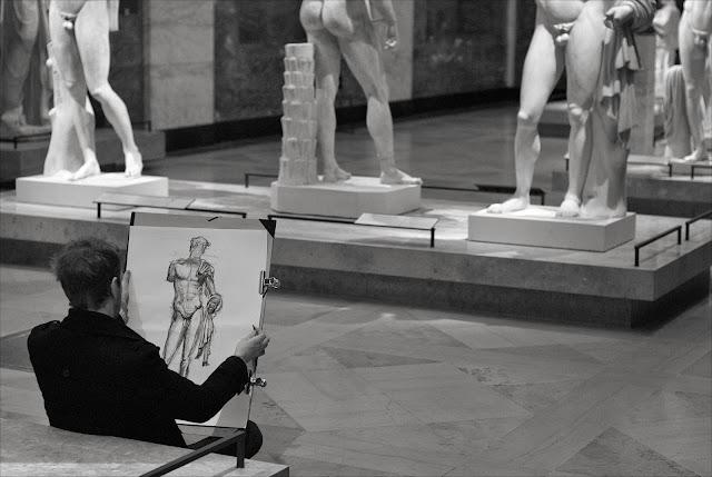 Dessinateur au musée du Louvre