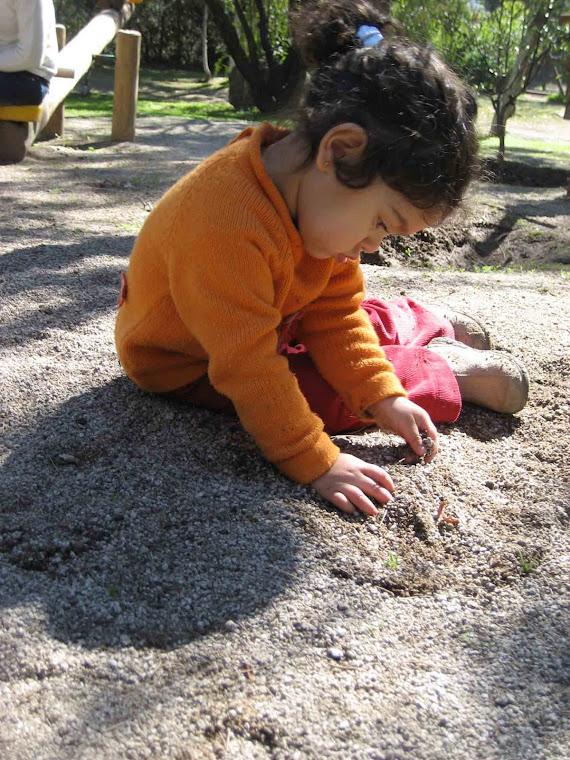 Amalia jugando con tierrita