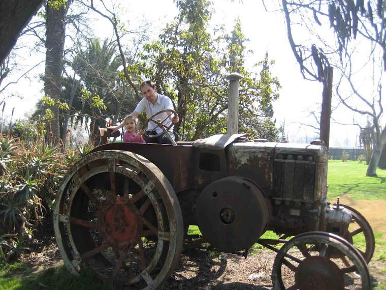 Rafaela y el papá en su convertible último modelo