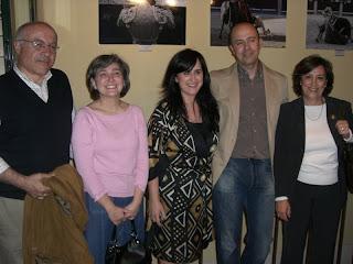 Juan Pelegrín -segundo por la izquierda- con unos amigos en su exposición
