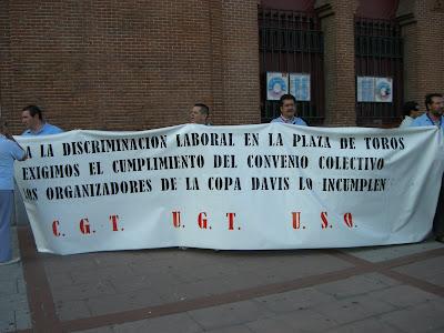 Trabajadores de Las Ventas protestando junto a la Puerta Grande
