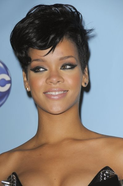 Rihanna new short hairstyle Its a very sexy look and we all know that this