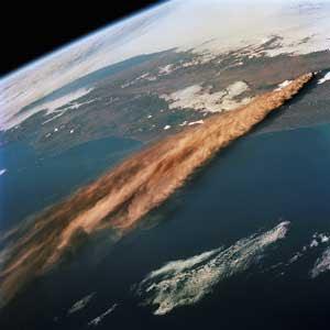 Cenusa vulcanica raspandindu-se de la vulcanul Kliuchevskoi blocheaza razele solare din zonele dedesupt