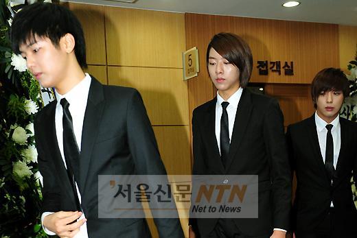 http://4.bp.blogspot.com/_-x7gqq9QJuA/TCr7sHKbFBI/AAAAAAAALZA/Dok2uiqrmOY/s1600/parkyongha_funeral.jpg