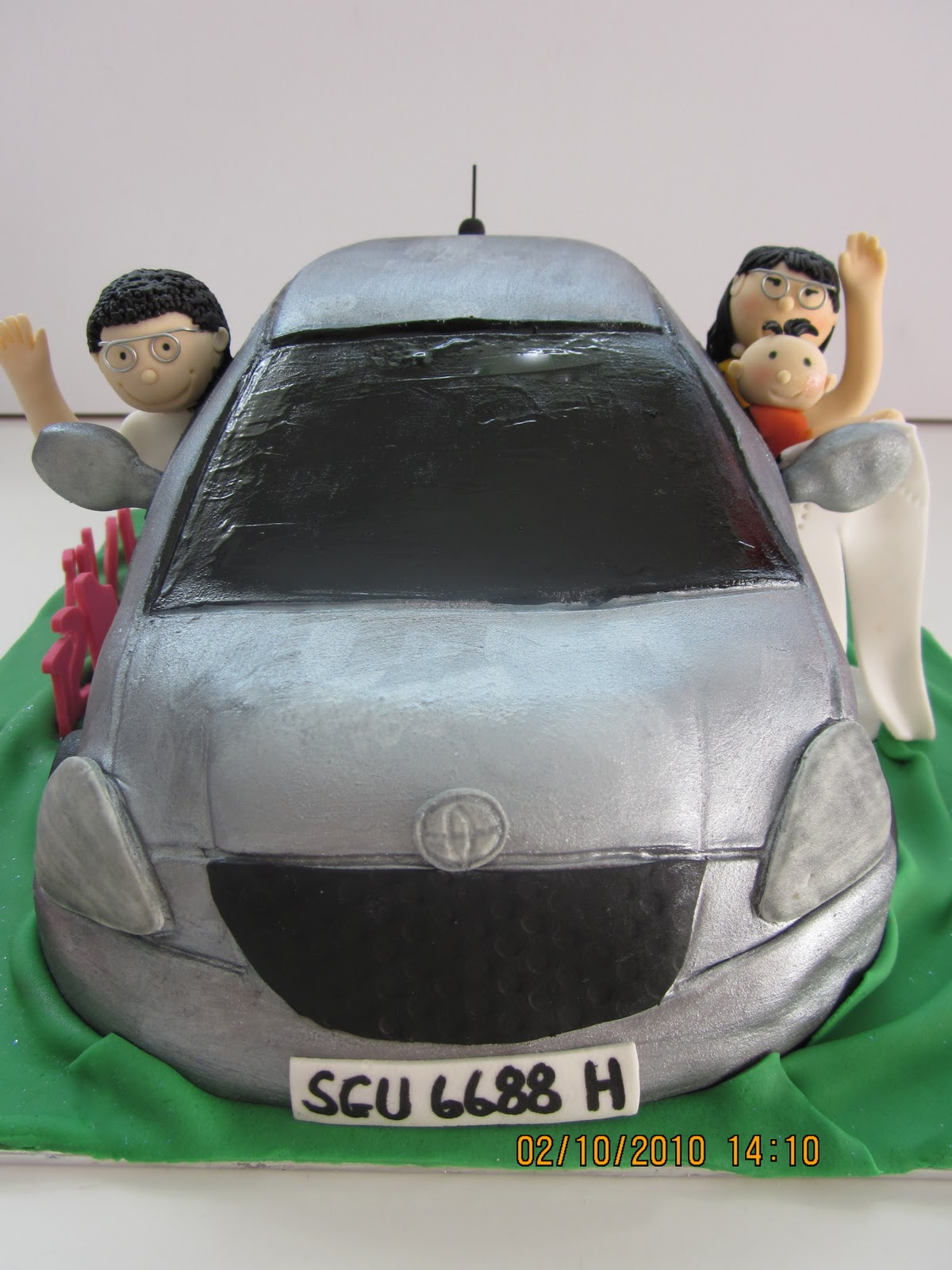 Car Cake With Driver And Cupcakes