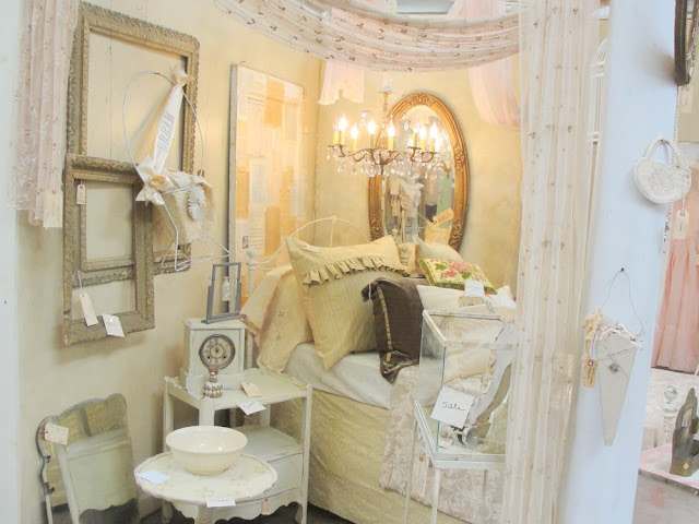 chandalier, chandy, bodiour, bed, bedroom, decor, interior, design, shabby chic, romantic, vintage, white wash, gray wash