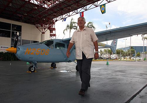 """José Basulto, líder de """"Hermanos al Rescate"""" junto al Cessna 337 """"Seagull"""