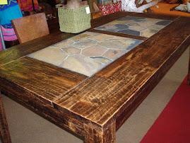 tavolo in legno con pietra centrale