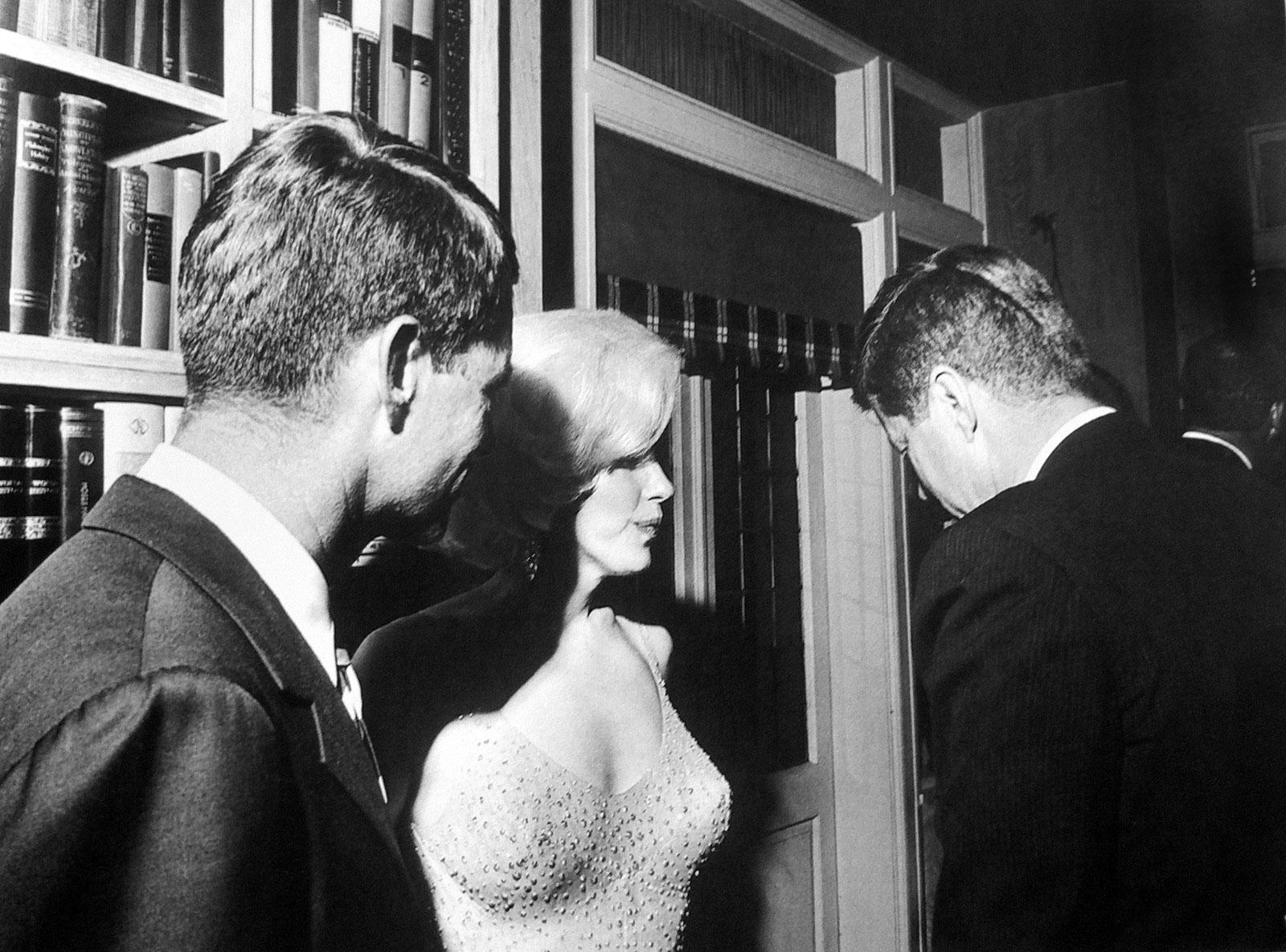 http://4.bp.blogspot.com/_04kZGR_ltmE/TTLLenHVpRI/AAAAAAAAI-Q/u6PTm8ki9m4/s1600/President-Kennedy-and-Marilyn-Monroe.jpg
