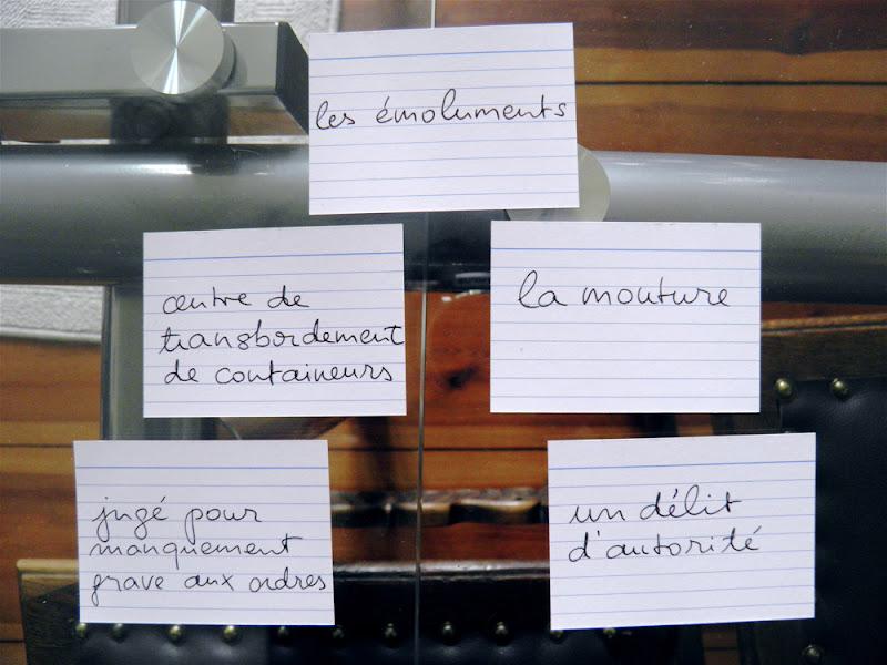 Fotografie einiger handgeschriebener Vokabelkarten, die auf einem Glastisch liegen