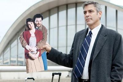 filme amor sem escalas george clooney segurando foto duende amelie poulain