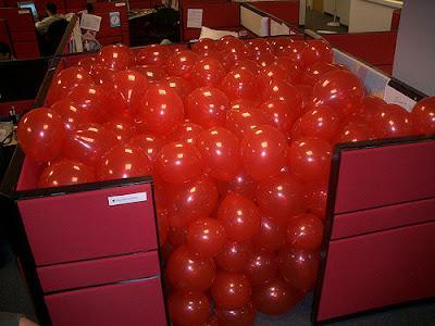 pegadinha escritório brincadeira trabalho balões