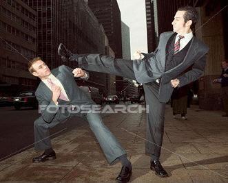 executivos engravatados lutando