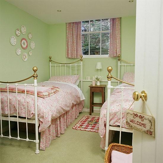 Green bedroom decor for small bedroom designs paragon for Bedroom designs 2010