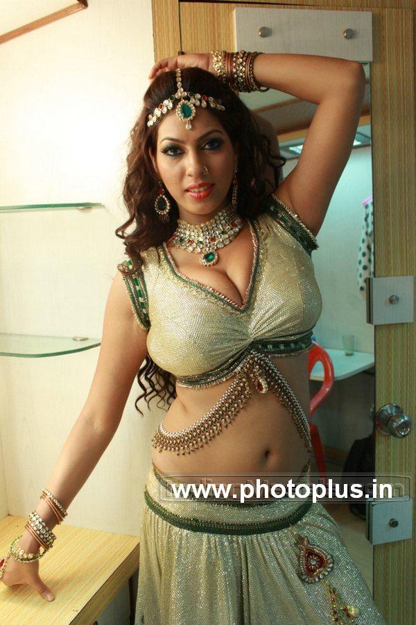 Priya Soni sexposing huge milky Boobs and deep navel during an item song shoot