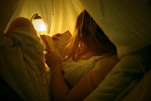 http://4.bp.blogspot.com/_0HJ191Gsfqw/SVAz73Fi5II/AAAAAAAAEwI/Y3ss8-bvmh4/s1600/book,lamp,light,photography,reading,romantic-5f4274871f1faccfbd1cc41ffa2a60b2_h.jpg