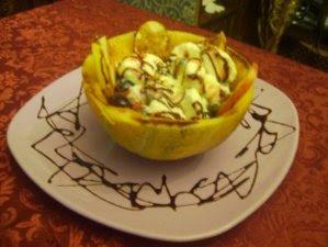 Articole culinare : Dulciuri - Pepene galben umplut cu fructe si inghetata