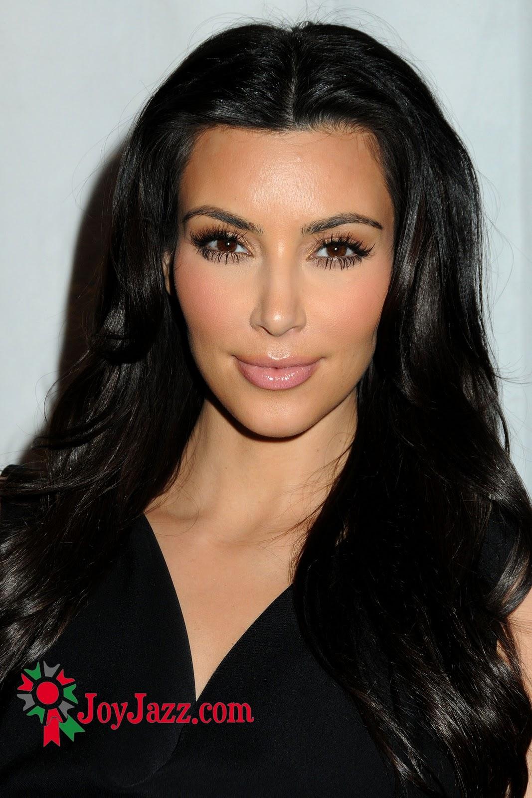 http://4.bp.blogspot.com/_0LdSrYkvVVk/TO60zw5SbzI/AAAAAAAAA3E/ymah6kw9SZg/s1600/XYFE82E6X9_Kim_Kardashian_My_Friends_Place_Charity_Clothing_Drive005.jpg