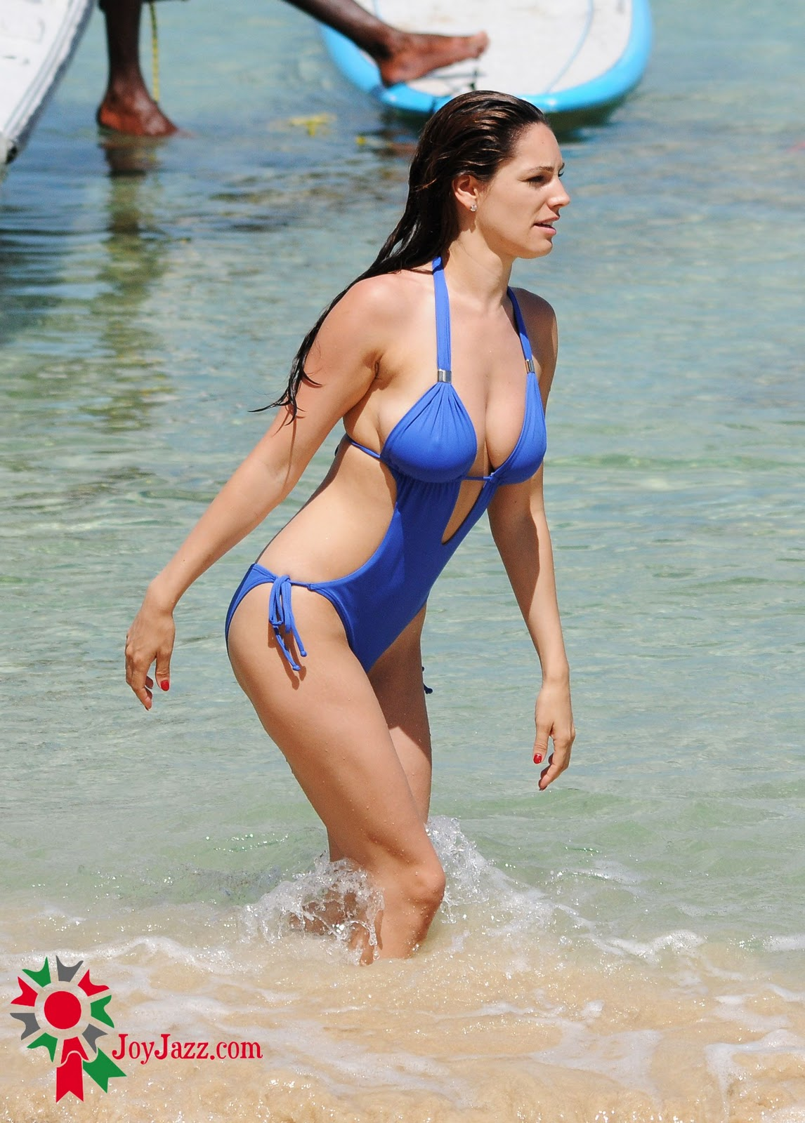 http://4.bp.blogspot.com/_0LdSrYkvVVk/TQenVGAhO9I/AAAAAAAABXY/sRMjjrOVy5A/s1600/51213_Kelly_Brook_On_The_Beach_In_Barbados.10_HQ_001_122_346lo.jpg