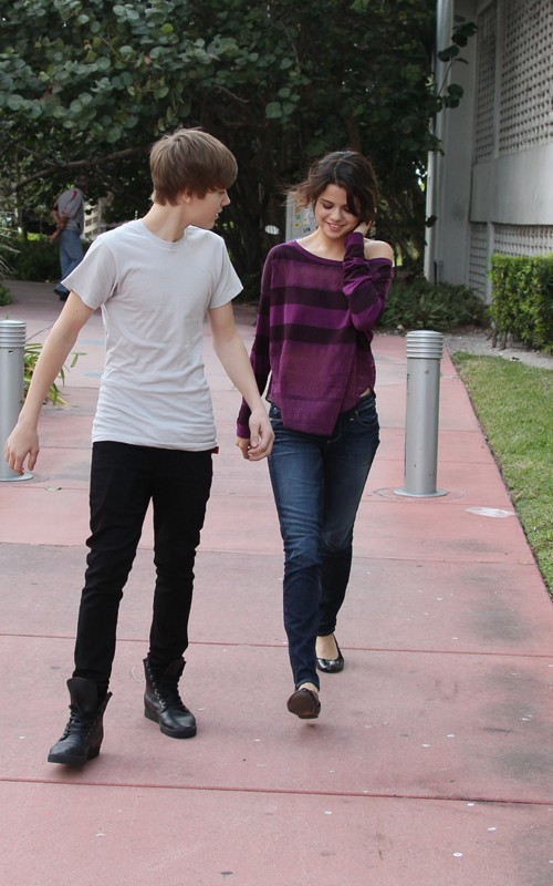 selena gomez and justin bieber on the beach. selena gomez and justin bieber