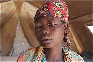mãe  que chora,a tristeza no fundo dos olhos.