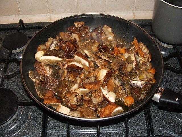 trifolare i funghi in una padella capiente con un fondo di olioevo e due spicchi di aglio insaporire con poco dado granulare nel casodi funghi surgelati