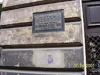 שלט הנצחה על ביתו של ד'ר יהושע טהון