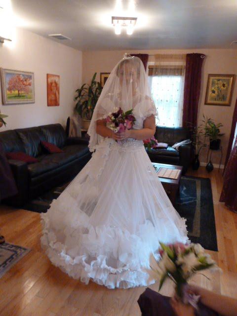 А в свадебном платье уж дочка твоя