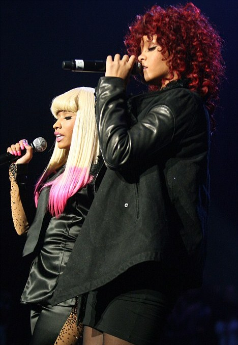 Displaying (20) Gallery Images For Nicki Minaj Booty Grab... Drake Kissing Lil Wayne On Stage