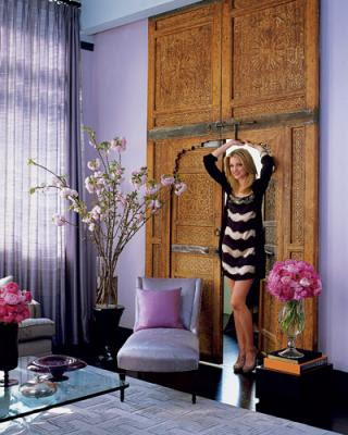 http://4.bp.blogspot.com/_0UY5zCCjXcY/Sj-Ai8znAFI/AAAAAAAAGAw/Gp9uxlKy3v4/s400/Elle_decor_purple_living_room_tall_drapes.jpg