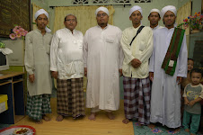 Besama Ustaz Izri bin Muhammad Mukhtar (tengah, berjubah putih))