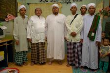 Besama Ustaz Izri bin Muhammad Mukhtar (tengah, berjubah putih))