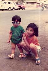 inilah saya, yang gendut berbaju hijau berkacamata batman.