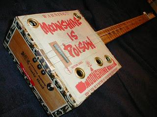 Foto de una guitarra hecha con una caja de puros