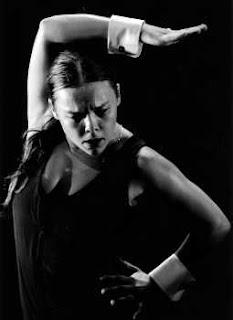Rocío Molina bailando dentro de un cajón
